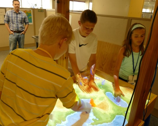 Campers reshape the sand surface while contour lines and color shades are re-projected in real time.